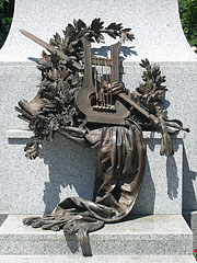 Bronze sculpture (a lyre, a sword and laurel branches) on the pedestal of the statue of Sándor Petőfi Hungarian poet - Kiskunfélegyháza, Ungarn