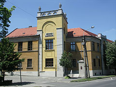 The brown and yellow building of the District Court (Town Court) with the characteristic square tower - Kiskunfélegyháza, Ungarn
