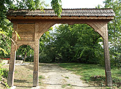 Carved szekely gate in the protestant cemetery - Mogyoród, Ungarn