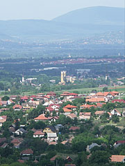 View to Károlyi Palace and the yellow Roman Catholic church in Fót (town) from Gyertyános Hill (foreground: houses in Mogyoród) - Mogyoród, Ungarn