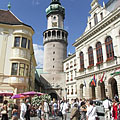 People are gathering for a wedding feast in the main square, in front of the City Hall and the Firewatch Tower - Sopron (Ödenburg), Ungarn