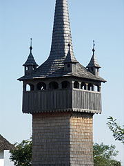 """The steeple and the spire of the oak wooden belfry (""""bell tower"""") from Nemesborzova, with the four turrets - Szentendre (Sankt Andrä), Ungarn"""