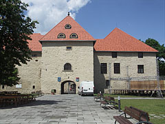The inner castle in the Rákóczi Castle of Szerencs (with the gate tower in the middle) - Szerencs, Ungarn