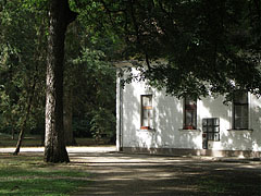 Park detail with the former riding hall (today kitchen building and dining hall) - Tóalmás, Ungarn