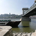 """The Buda Castle Palace and the Chain Bridge (""""Lánchíd"""") as seen from the Pest-side abutment of the bridge itself - Budapest, Ungarn"""