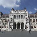 """The beautifully renovated Hungarian Parliament Building (""""Országház""""), the facade that overlooks the square and has the main entrance - Budapest, Ungarn"""