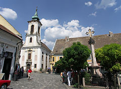 """Blagovestenska Serbian Orthodox Church (""""Greek Church"""") and the baroque and rococo style Plague Cross in the center of the square - Szentendre, Ungarn"""