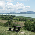 """The Szigliget Bay of Lake Balaton and some butte (or inselberg) hills of the Balaton Uplands, viewed from the """"Szépkilátó"""" lookout point - Balatongyörök, Hongarije"""