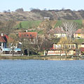 Holiday homes and the buildings of the beach, on the shore of Bánki Lake - Bánk, Hongarije