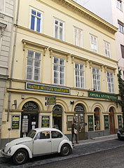 Shop of antiques and Hungarian stamps in the three-story neoclassical style residental building - Boedapest, Hongarije