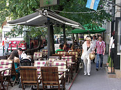 The restaurant terrace of the Café Zenit in front of the synagogue - Boedapest, Hongarije