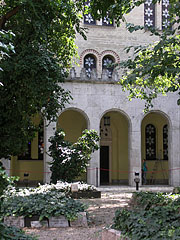 The inner courtyard of the Dohány Street Synagogue, including a park and a cemetery - Boedapest, Hongarije