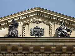 """The allegorical figures of the """"Agriculture"""" and the """"Industry"""", as well as the coat of arms of Hungary between them on the pediment of the Hungarian National Bank - Boedapest, Hongarije"""