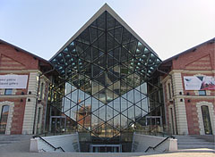 The rear entrance of the Bálna Budapest shopping and entertainment center on the Fővám Square - Boedapest, Hongarije