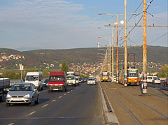 Car traffic and trams on the Árpád Bridge - Boedapest, Hongarije
