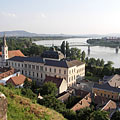 The twin-towered Roman Catholic Parish Church of St. Ignatius of Loyola (also known as the Watertown Church) and the Primate's Palace on the Danube bank, plus the Mária Valéria Bridge - Esztergom, Hongarije