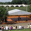 Folk dance program on the stage of the open-air theater, and the Nine-holed Bridge in the background - Hortobágy, Hongarije
