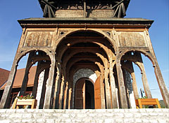 The five Székely gate of the Village Community Center symbolize the five old settlement of the Székelys of Bukovina (they found the shelter here) - Kakasd, Hongarije