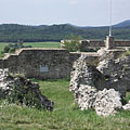 In the near the for the moment very ruined Inner Castle, and farther the already partially reconstructed western walls of the Outer Castle can be seen - Nógrád, Hongarije