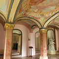 The Tardos red marble pillars and the gorgeous frescoes on the ceiling in the Main Library Hall - Pécel, Hongarije