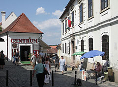 Passers-by and working artists within walking distance of each other - Szentendre, Hongarije