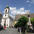 """Blagovestenska Serbian Orthodox Church (""""Greek Church"""") and the baroque and rococo style Plague Cross in the center of the square - Szentendre, Hongarije"""