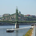 """The sight of the Liberty Bridge (""""Szabadság híd"""") and the Buda Castle Quarter from the promenade on the Danube bank in Pest - Budapest, Ungari"""