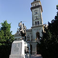The tower of the City Hall, as well as the World War I memorial with the hussar horseman statue in front of it - Hódmezővásárhely, Ungari