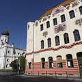 """The """"rustic"""" Art Nouveau style Cifra Palace (""""Cifrapalota""""), and some distance away the white building of the former synagogue - Kecskemét, Ungari"""