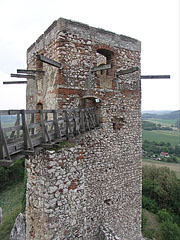 """The Eastern Tower or Watching Tower (in Hungarian """"Vigyázó torony"""") was built in the early 15th century - Csesznek, Ungarn"""
