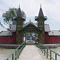 The wooden changing room pavilion of the Keszthely Beach on the small island - Keszthely, Ungarn
