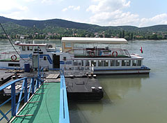 Waiting excursion ship, on the far bank it is Nagymaros town - Visegrád, Ungarn