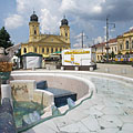 The main square viewed from the musical fountain with the phoenix statue (Főnix-kút) - Debrecen, Ungern