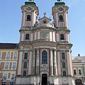 The 57-meter-tall twin-towered Minorita Church of Eger dominates the main square - Eger, Ungern