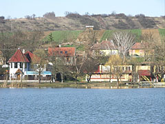 Holiday homes and the buildings of the beach, on the shore of Bánki Lake - Bánk, هنغاريا