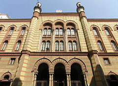 The front wall of romantic and moorish revival style Rumbach Street Synagogue - بودابست, هنغاريا
