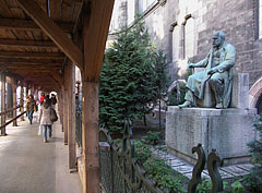 Wooden scaffolding and the statue of Ödön Lechner Hungarian architect at the Museum of Applied Arts - بودابست, هنغاريا