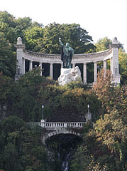 Statue of St. Gerard Sagredo bishop (in Hungarian: Szent Gellért) with the waterfall - بودابست, هنغاريا