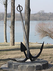 Cast iron anchor on the land, it is probably exhibited - Dunakeszi, هنغاريا