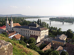 The twin-towered Roman Catholic Parish Church of St. Ignatius of Loyola (also known as the Watertown Church) and the Primate's Palace on the Danube bank, plus the Mária Valéria Bridge - Esztergom, هنغاريا
