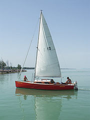 """Mokány"" is a typical small sailboat of Balaton - Siófok, هنغاريا"