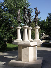"""Four Seasons"", a group of bronze statues on stone pedestal in the park - Tapolca, هنغاريا"