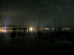 Night lights of Balatonfüred, and berthed sailboats in the foreground - Tihany, هنغاريا