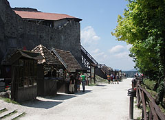 Souvenir shops with medieval presentation along the castle wall - Visegrád, هنغاريا