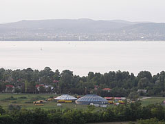 The view of the lake, and on the other side Balatonfüred town from the Kőhegy Lookout Tower - Zamárdi, هنغاريا
