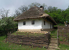 The traditional folk house has a wattled fence, the walls were built of wood, then plastered with clay and finally whitewashed - Komlóska, Hungary
