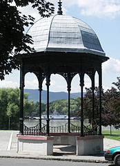 Bandstand pavilon on the banks of Danube at Vác, and on the other side of the river Szentendre Island (Szentendrei-sziget) verdants - Vác, Hungary