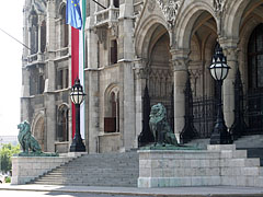 """The main door of the Hungarian Parliament Building (in Hungarian """"Országház"""") - ブダペスト, ハンガリー"""