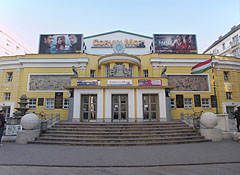 Corvin Cinema, also known as Corvin Budapest Film Palace in the Art Nouveau-Bauhaus style building - ブダペスト, ハンガリー