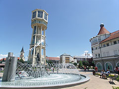 The fountain and the Water Tower on an extra wide angle photo - Siófok, ハンガリー